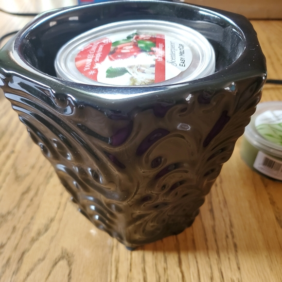 Never used Yankee Candle warmer and 2 scents